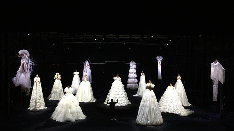 在服裝刻意延伸線條的安排下,創意總監Pierpaolo Piccioli謝幕身影...
