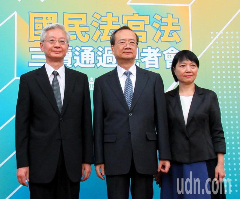 司法院長許宗力(中)、秘書長林輝煌(左)、刑事廳長彭幸鳴說明新通過的國民法官法制度。記者王宏舜/攝影