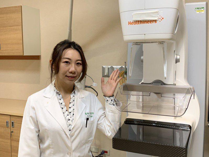 嘉義長庚醫院放射診斷科醫師陳書恬提醒,有乳癌家族史的女性及年齡45歲以上婦女,應定期接受乳房X光攝影檢查或超音波檢查。圖/嘉義長庚醫院提供
