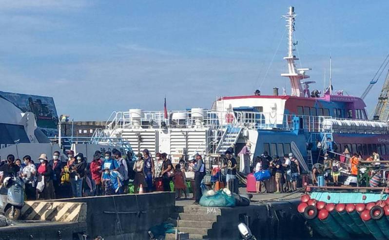 國內疫情趨緩後,出現報復性旅遊連綠島、蘭嶼船班班班滿船的情況。圖/聯合報系資料照片