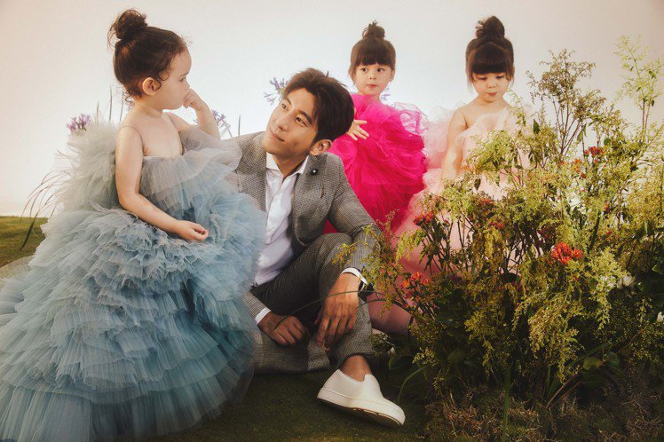 和三位可愛的兩歲女童一起入鏡,修杰楷也自然展現像是父女相處的溫馨氛圍。圖/Lin...