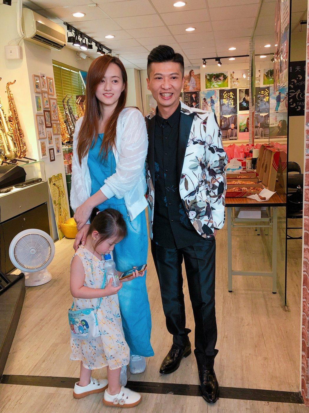 方順吉(右)跟老婆小獅結婚13年,小女兒相當可愛。記者林士傑/攝影