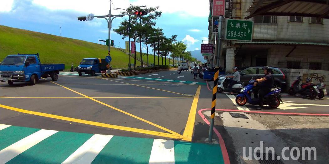 這個路口已經增設紅綠燈、斑馬線等交通設施。記者林昭彰/攝影