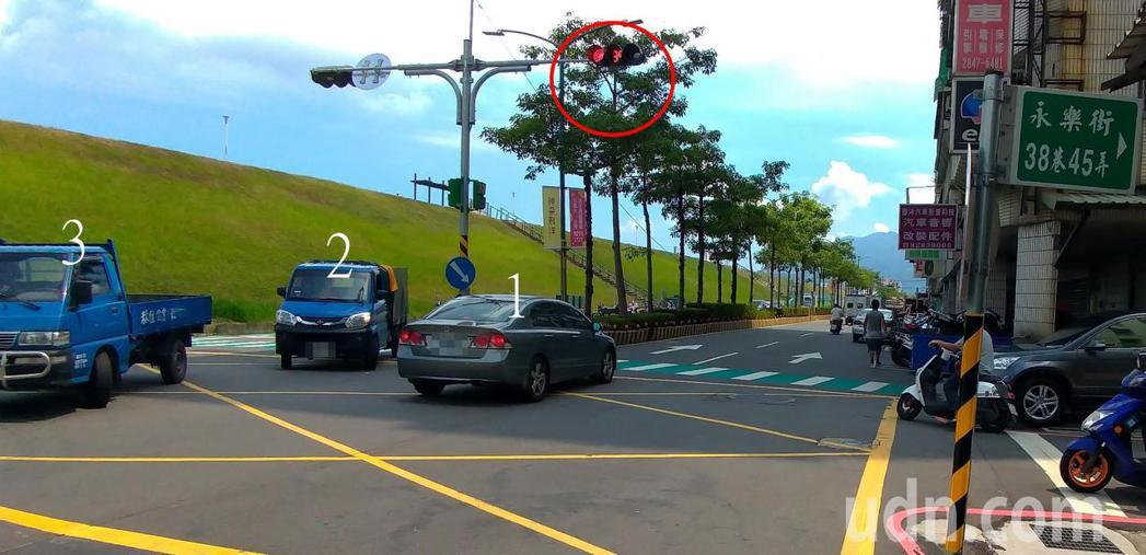 記者在現場站不到5分鐘,便目睹3輛車違規。記者林昭彰/攝影