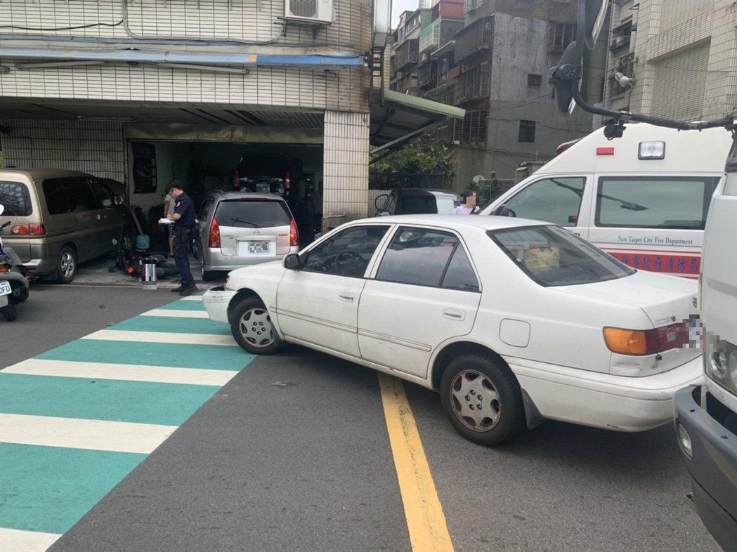昨天白色轎車違規迴轉,撞上對向直行的機車。記者林昭彰/翻攝