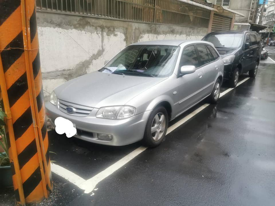 有民眾發文抱怨,把自家愛車停放在住家附近的免費停車格,卻被正義魔人貼警告標語不要...
