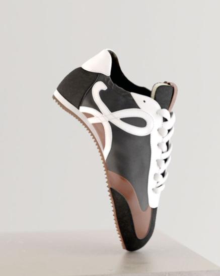 LOEWE的Ballet runner運動鞋靈感來自芭蕾舞的輕盈柔軟。圖/LOE...