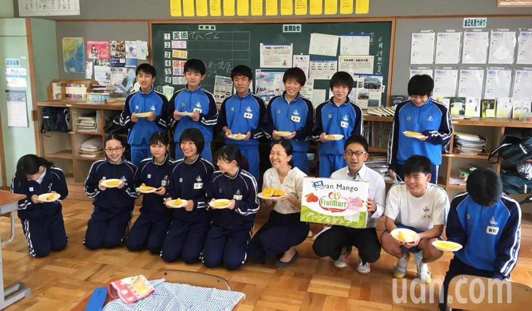 日本笠間南學園學校學生品嘗台南愛文芒果。圖/農業局提供