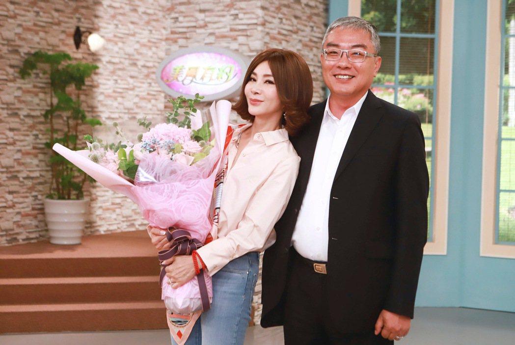 民視執行副總經理許念台送上花束感謝陳美鳳為「三春記」打下漂亮的一戰。圖/民權提供