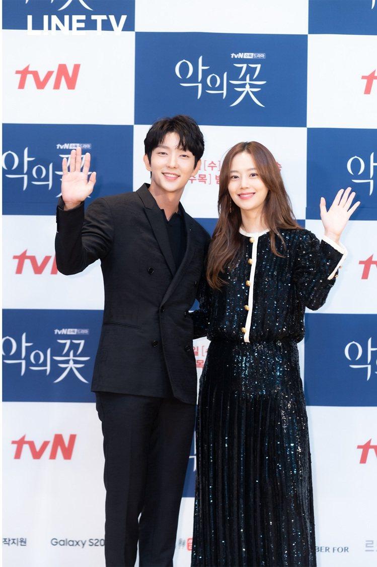 李準基(左)與文彩英二度合作懸疑愛情劇「惡之花」。圖/LINE TV提供