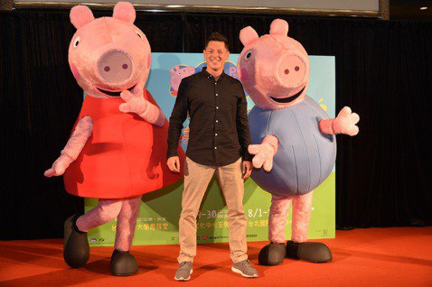 超級動畫巨星「Peppa Pig粉紅豬小妹」的兒童舞台劇「粉紅豬小妹舞台劇-完美的下雨天」來台灣囉!該劇導演史都華馬歇爾(Stuart Marshall)22日和劇中主角佩佩、喬治玩偶一起在記者會亮...