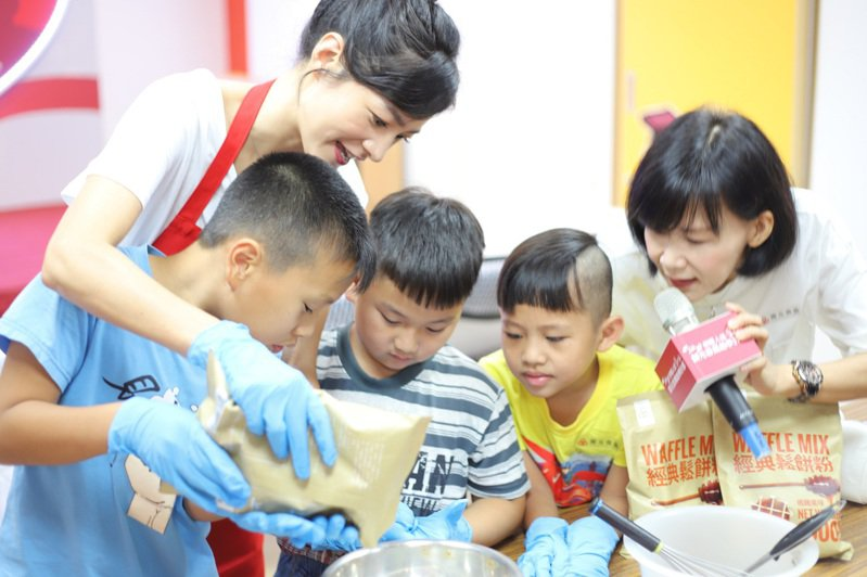 公益大使Janet今化身愛心助教,陪伴兒少共享烘焙樂趣。圖/家扶基金會提供