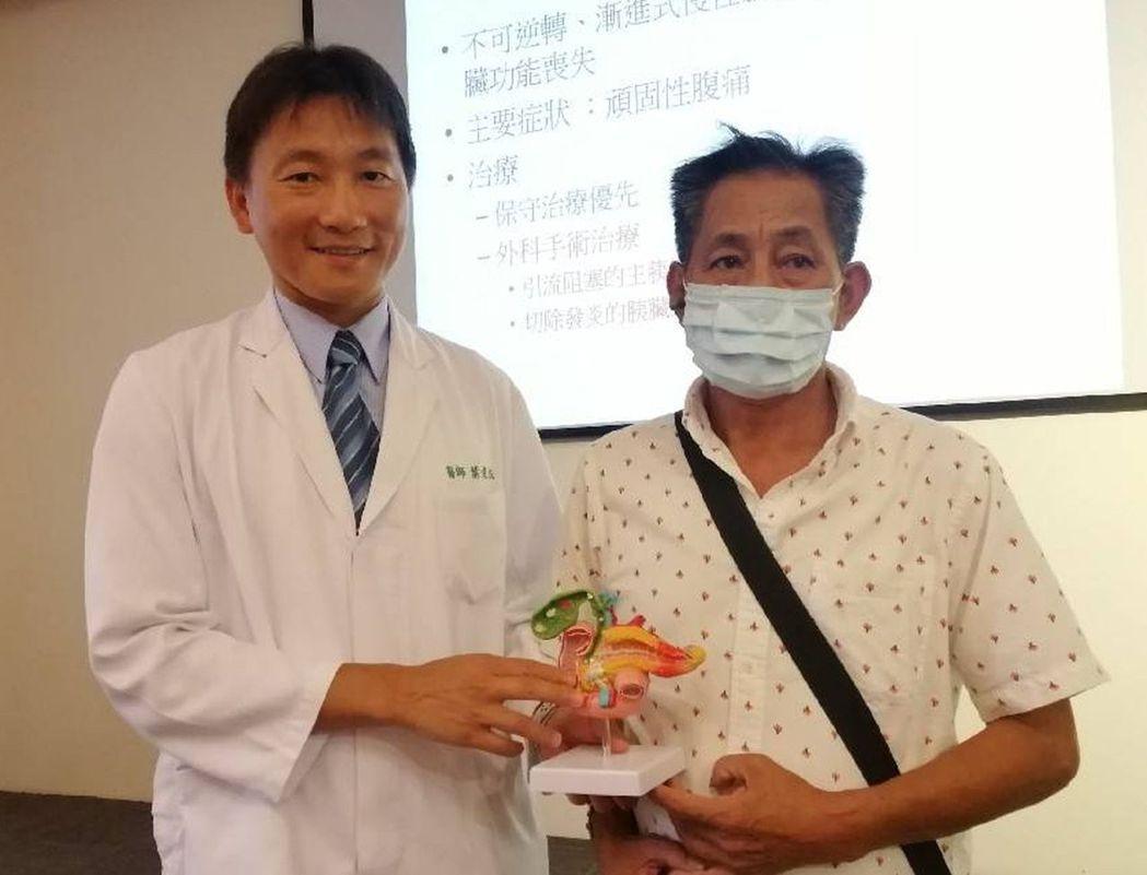 慢性胰臟發炎患者(右)今天現身說法,感謝醫師葉俊杰(左)率領的醫療團隊救治,他術...