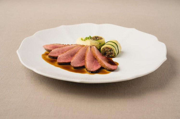 爐烤乾式熟成鴨,黑橄欖,櫛瓜和蔬菜酸甜汁。圖/chou chou提供