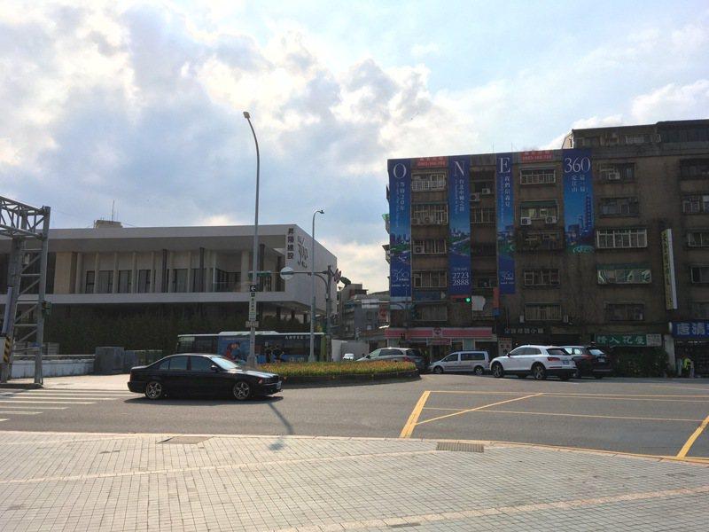 位於信義區精華地段、臨近君悅飯店旁的興隆整宅,都更整合超過20年,B基地(圖左)昨天正式動工,但A基地(圖右)仍在整合,形成強烈對比。記者張世杰/攝影