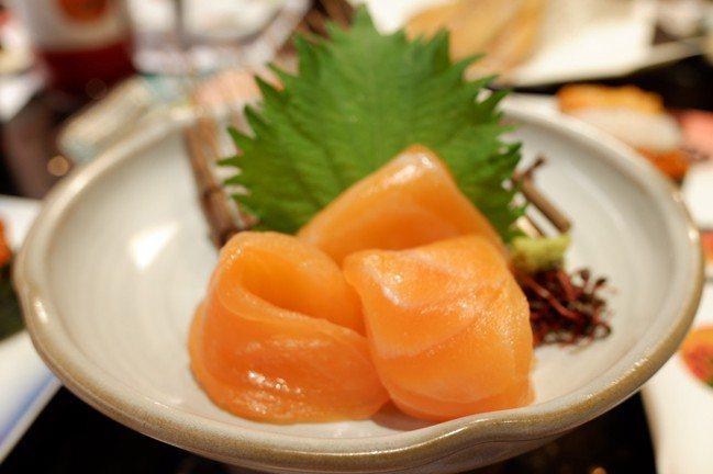 鮭魚刺身,100元。記者江佩君/攝影