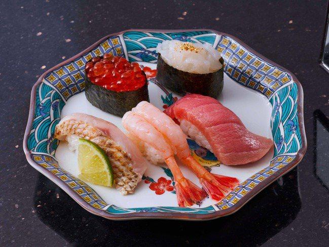 招牌料理「金澤百萬石豪華五貫」原價560元,開幕優惠價388元。圖/SOGO提供