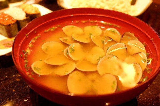 金澤味噌蛤蜊湯用料相當澎湃,80元。記者江佩君/攝影