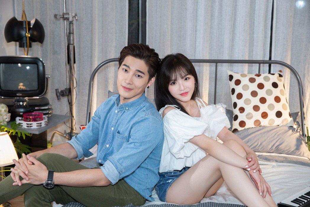 王欣晨(右)跟宋偉恩在MV中談愛。圖/歆動音樂提供