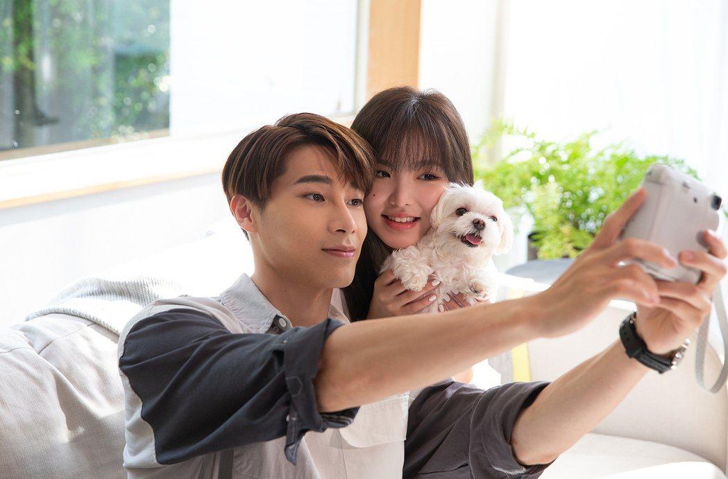 王欣晨(右)出動愛犬助陣,跟宋偉恩在MV中談愛。圖/歆動音樂提供