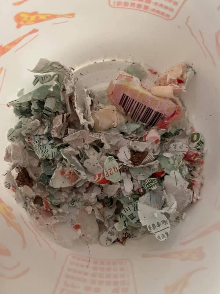 網友哥哥洗衣時忘了將口袋中三倍券取出,結果將整包未用的三倍券洗成碎紙。 圖/翻攝自爆怨公社