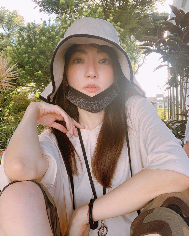 謝金燕近來罕見曝光淡妝照。圖/擷自謝金燕臉書。