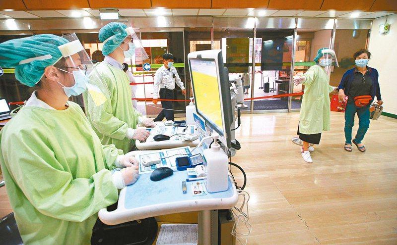 圖為3月的高醫,進入醫院都必須進行嚴格管控情形。聯合報資料照/記者劉學聖攝影