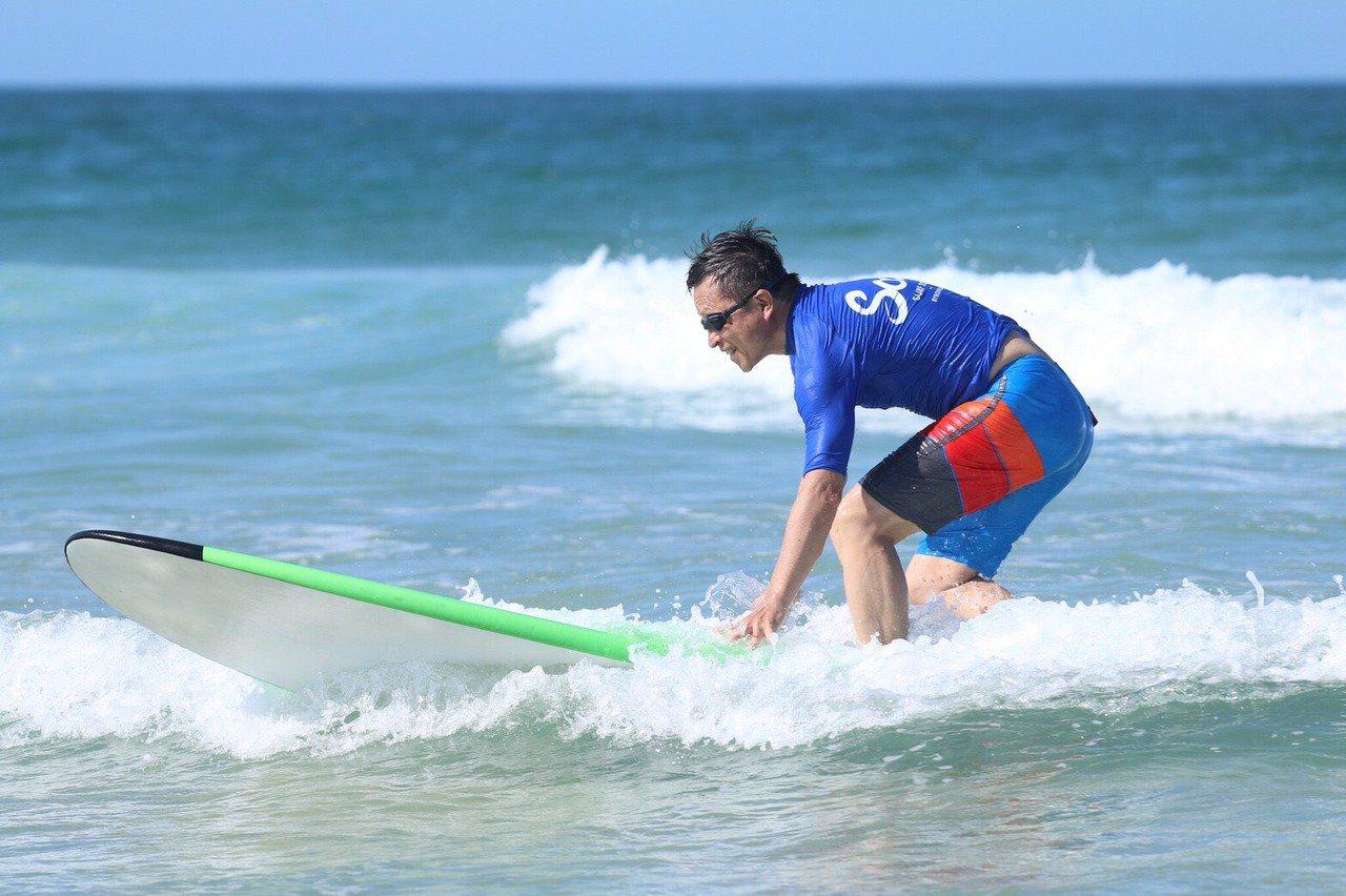 2018年,楊錦聰在澳洲拜倫灣學習衝浪。 圖/風潮音樂 提供