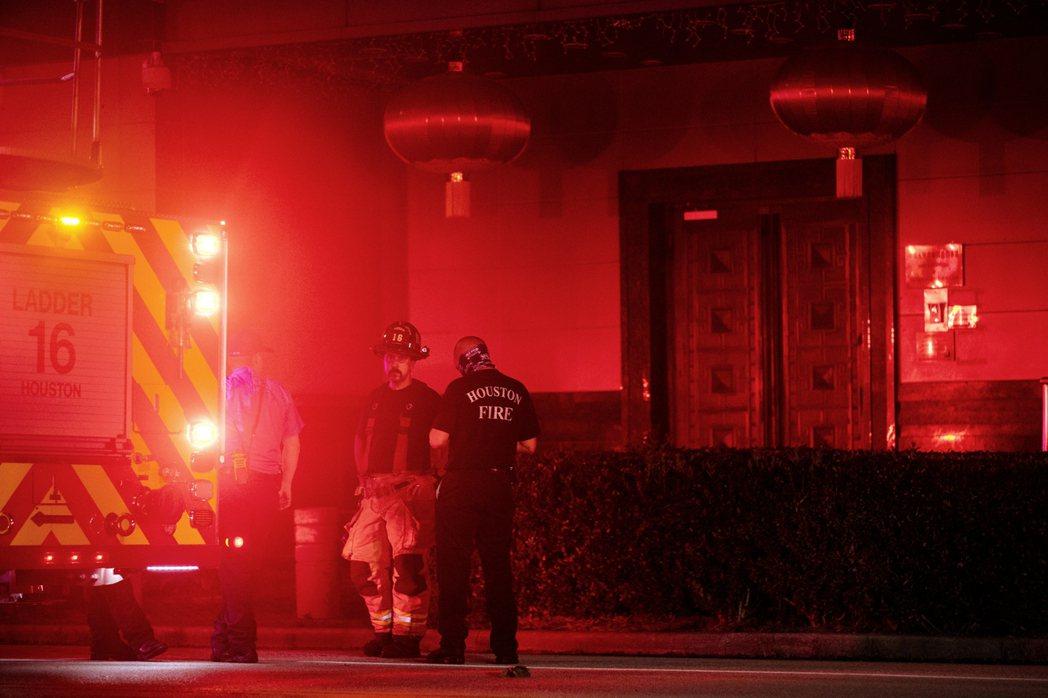 由於中國外館屬於「中國領土」,沒有獲得中方邀請與同意入內的休士頓消防隊,因此不得...