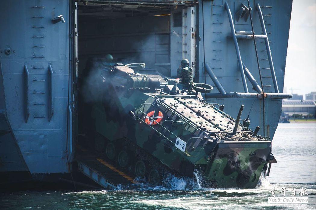 AAV-7兩棲突襲載具。 圖/青年日報