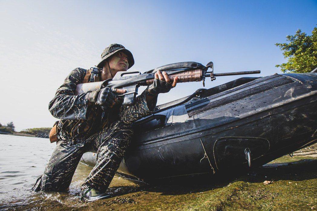 IBS突擊艇的好處,在於可以用隱蔽滲透的方式讓海軍陸戰隊在各種灘岸地形登陸。 圖/青年日報