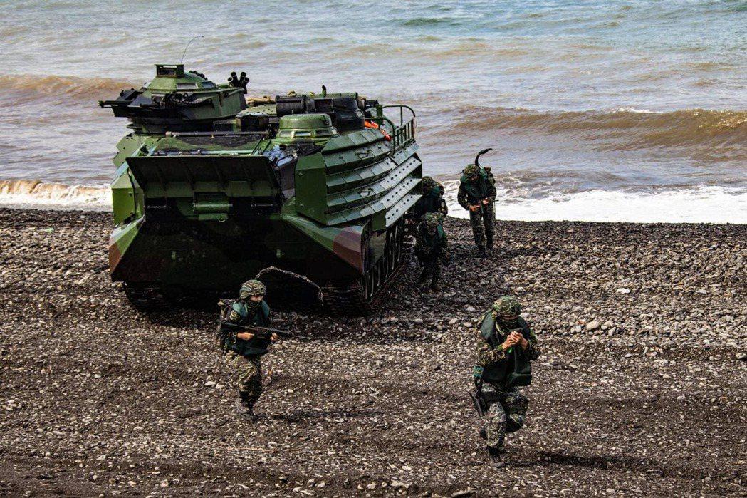 擁有兩棲登陸能力的海軍陸戰隊,能快速運送重型裝備搶灘上岸。 圖/國防部