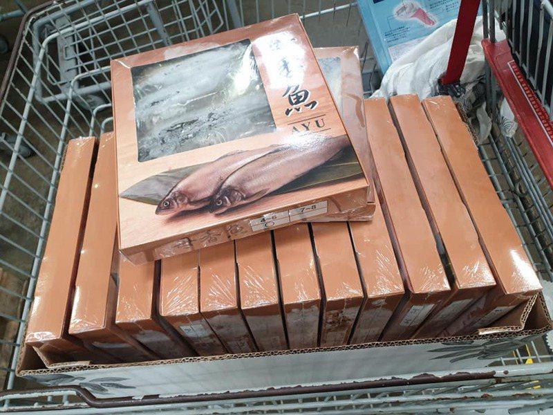 一名網友在好市多一口氣購買了14盒母香魚,讓網友全暴動「終於出來了!前陣子撲空好多次」。圖擷自Costco好市多 商品經驗老實說