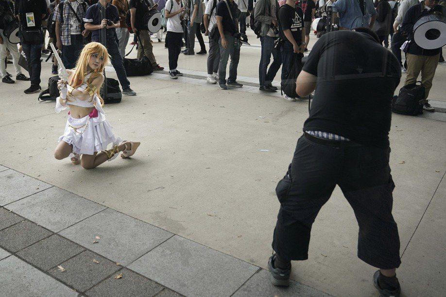 日前一名女性在台北舉辦的PF32現場拍照時,未著內褲而露出下體,引起軒然大波。示意圖,非當事人。 圖/美聯社