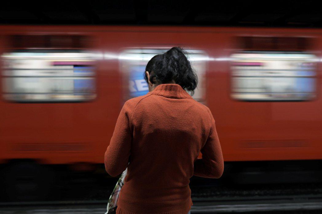 2012年時在台灣社會引起巨大討論的「台鐵火車趴」,其中承受最多汙名的莫過於唯一的女性小雨。 圖/路透社