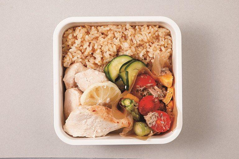 便當主菜燒烤鹽麴檸檬雞,用鹽麴搓揉入味,烤出軟嫰口感。 圖/采實文化提供