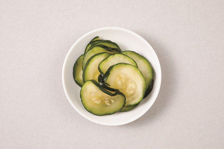 配菜:鹽漬櫛瓜。 圖/采實文化提供