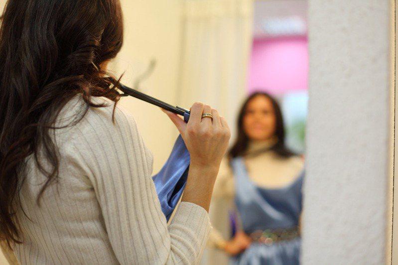 有網友在試衣間試穿衣服時被二度拉開門簾。 示意圖/ingimage