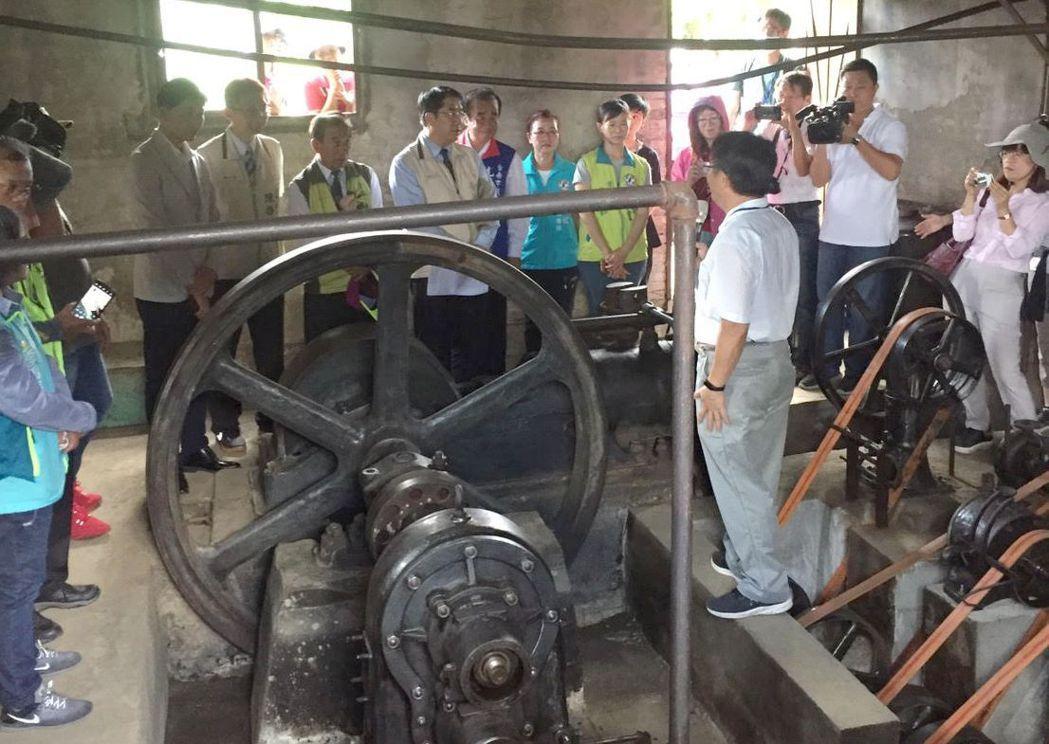 南臺科大機械系副教授張崴縉(右三)向臺南市長黃偉哲說明修復過程。 南臺科大/提供