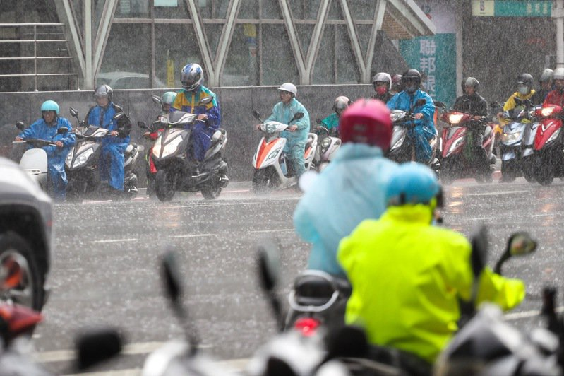 中央氣象局對12縣市發布大雨特報。圖/中央社