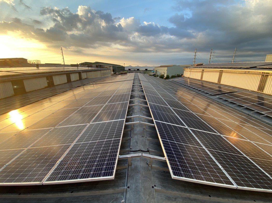 環拓科技位於屏東廠房屋頂之太陽能板完工實景。太平洋綠能/提供