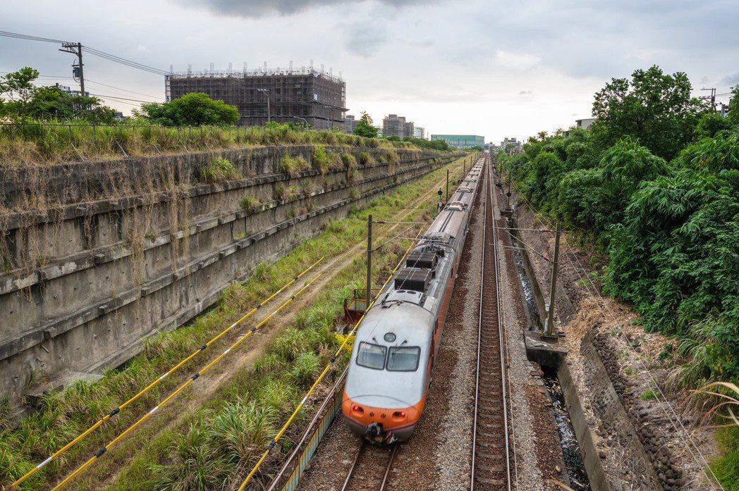 台鐵鳳鳴簡易車站預計在2024年底完工啟用。