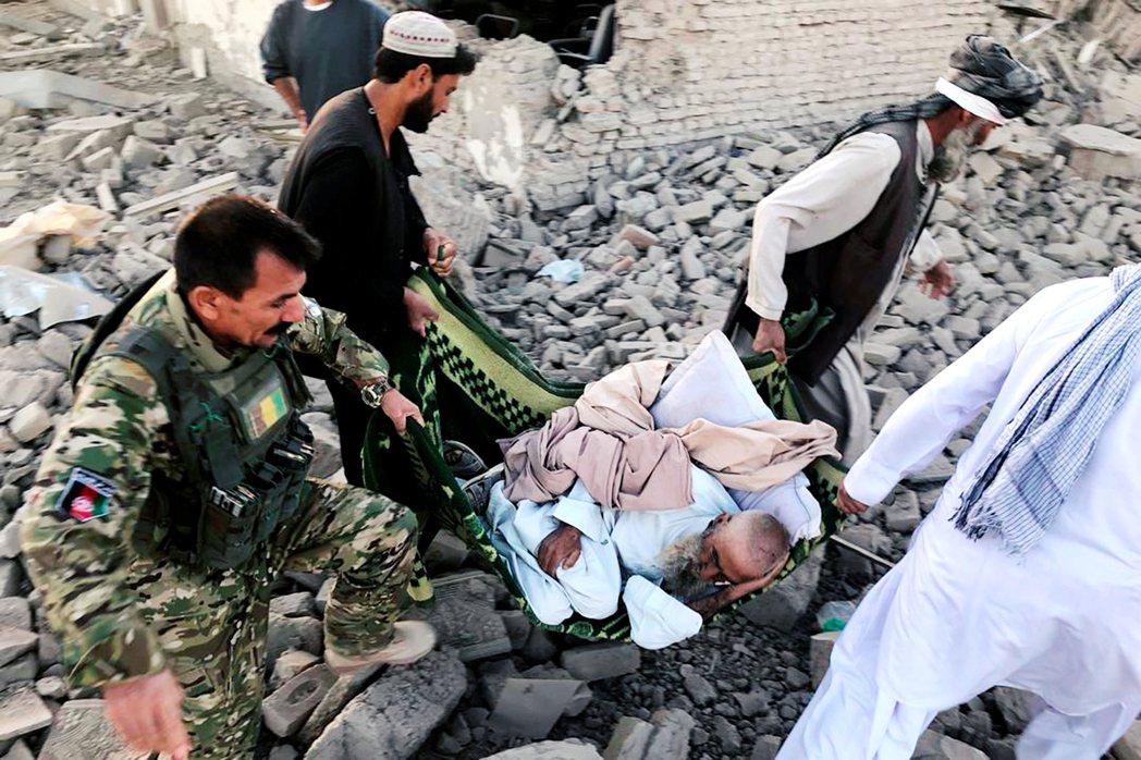 2019年遭自殺炸彈攻擊的阿富汗民眾。 圖/美聯社