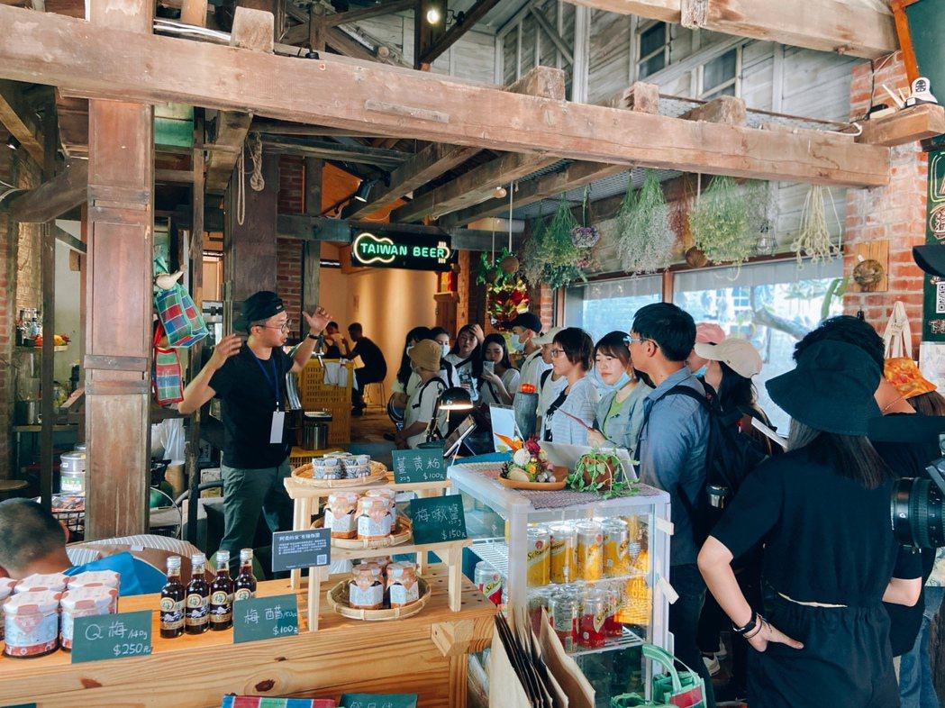 「藝農號」店內景,居民能來這裡聊天,遊客能嘗到大崎盛產的飲品,購買臺南在地社區的...