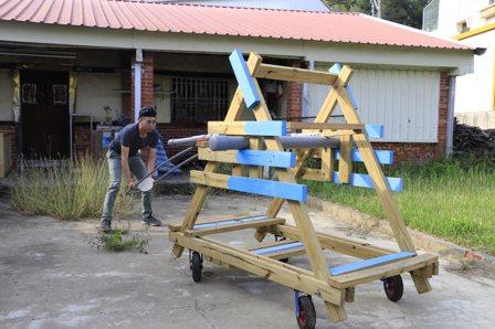 林建叡和參加營隊的孩子協力打造的投石器。