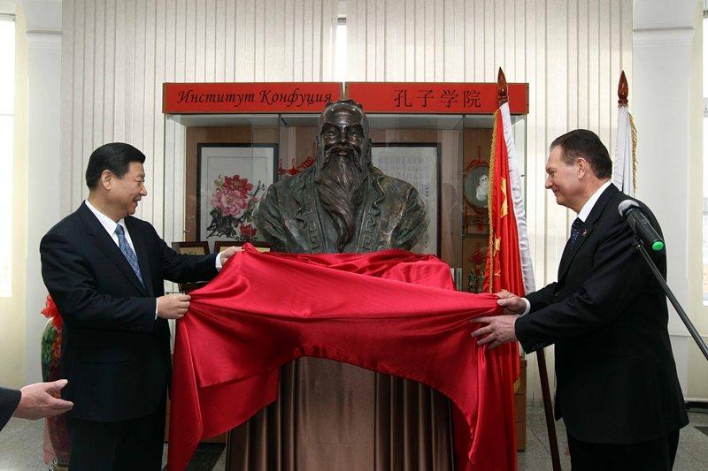 中共認為,拿孔子出來當現代中國的守護神似乎更有吸引力。圖為習近平出席俄羅斯孔子學院開幕式,2010年。 圖/新華社