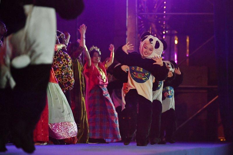 中共運用中國語文及文化的吸引力,向外國人發動軟實力攻勢。圖為2018年成都舉辦的孔子學院大會。 圖/路透社