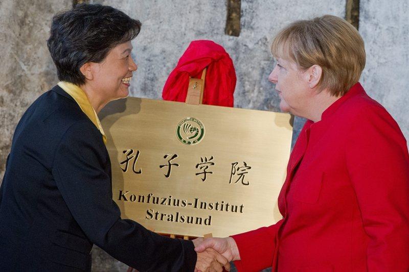 孔子學院不僅僅只是中國「大外宣」的工具。孔子學院在德國設立時請來總理梅克爾開幕,攝於2016年。 圖/歐新社