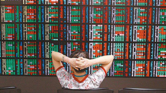 近期股市熱門話題:台股站上1萬2千點還能存股嗎? 報系資料照