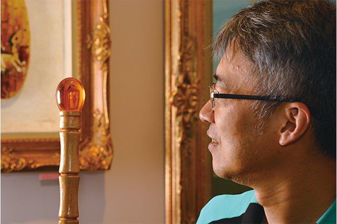 黃憶人收藏侏儸紀公園電影中限量版的琥珀權杖。